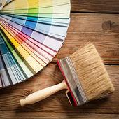 Paleta de cores e um pincel — Foto Stock
