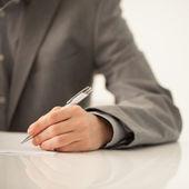 商人签署一份文件 — 图库照片