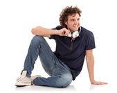 En ung kille som sitter på ett golv — Stockfoto