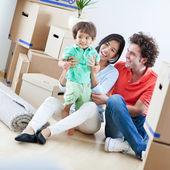 Lycklig familj i nya hem — Stockfoto