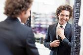 Köpa en kostym — Stockfoto