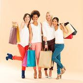 женщины шоппинг — Стоковое фото