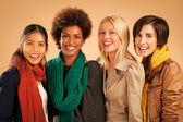 Fyra kvinnor ler — Stockfoto