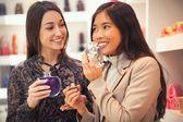 妇女买油的芳香疗法 — 图库照片