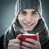 Człowiek z kubkiem gorącego napoju — Zdjęcie stockowe