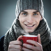Man met een warme drank te nemen — Stockfoto
