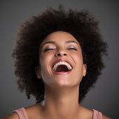 Femme africaine en riant — Photo