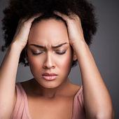 Femme avec un mal de tête — Photo