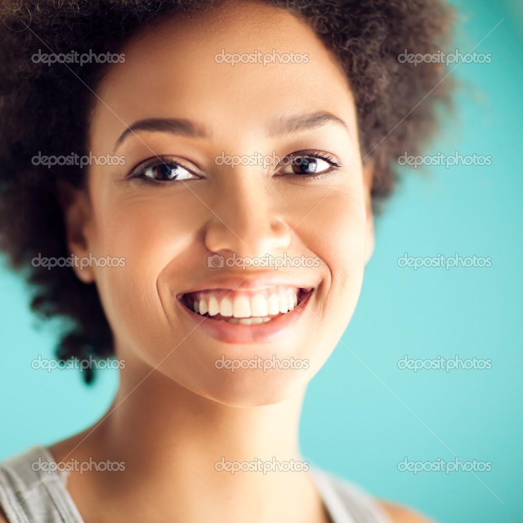 美丽的非洲女人微笑