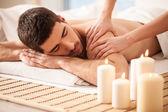 Człowiek na stół do masażu — Zdjęcie stockowe