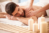 Man på en massagebänk — Stockfoto