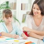 matka a dcera spolu dělat domácí úkoly — Stock fotografie