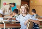 学校で男の子の笑みを浮かべてください。 — ストック写真