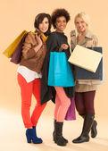 微笑购物袋的妇女 — 图库照片