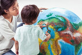 Mother Teaching Her Boy About Earth — Stock Photo