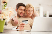 Smiling Couple Shopping Online — Stock Photo