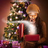 Woman Opening a Christmas Present — Stockfoto