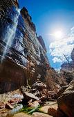 Vattenfall på klippa — Stockfoto