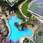 Bird's eye view of swimming pool in hotel — Stock Photo