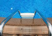Azul piscina com escada no hotel — Fotografia Stock