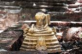 Broken Buddha statue — Stock Photo