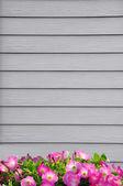 木製の壁と花 — ストック写真