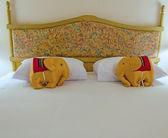 在一个酒店房间里典型的当代设置床 — 图库照片