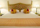 Letto in un ambiente contemporaneo tipico hotel camera — Foto Stock
