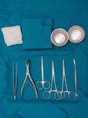 Cirujano y los instrumentos quirúrgicos en operación — Foto de Stock