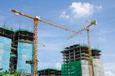 Grúa y los trabajadores de la construcción — Foto de Stock