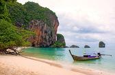Tropical beach, traditional long tail boats, Andaman Sea, Thaila — Stock Photo