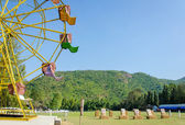 Ferris wheel and target rang in park — Stockfoto