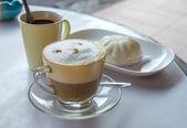 Café cappuccino et petit pain cuit à la vapeur des trucs pour le petit déjeuner — Photo