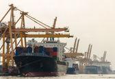 Frete de carga contêiner do navio com guindaste ponte de trabalho na shipya — Foto Stock