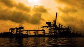 Silhouette del contenitore nave merci con gru br di lavoro — Foto Stock