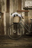 Old ladies bicycle leaning against a wooden plank — Foto de Stock