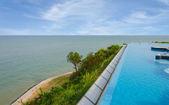 Luxus-schwimmbad direkt am meer — Stockfoto