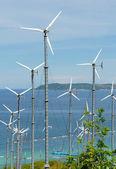 丘の上に電気を生成する風力タービン — ストック写真