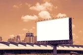 Duże puste billboard na drodze z miasta tło widoku — Zdjęcie stockowe