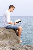 Hombre leyendo — Foto de Stock