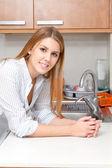 Kvinnan i köket — Stockfoto
