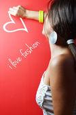 Krásná mladá žena, psát na zdi — Stock fotografie