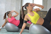 Working out in the fitness studio — Stock Photo