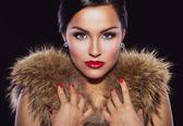 Bella bruna tenendo le mani sulla pelliccia — Foto Stock