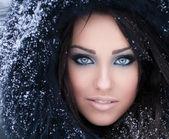 Femme dans un capuchon de fourrure neigeux — Photo