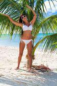 Piękna sexy dziewczyna w bikini na plaży — Zdjęcie stockowe