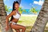 Das schöne sexy junge mädchen im bikini am strand — Stockfoto