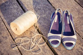 Denim blue sandals lie on wooden clutch at the lake — 图库照片