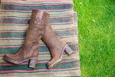 замшевые сапоги женщин лежат на траве — Стоковое фото