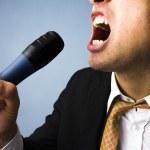 biznesmen śpiewanie karaoke — Zdjęcie stockowe